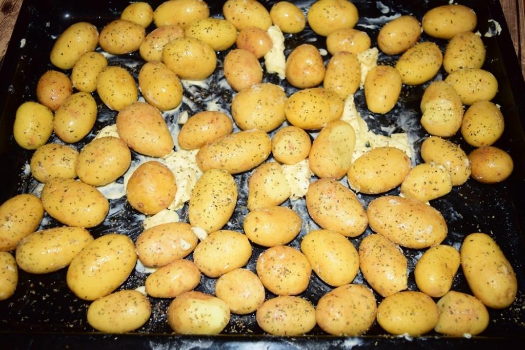 Cartofi noi la cuptor cu unt și busuioc în tavă