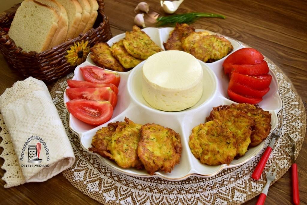 Tocinei de dovlecei cu mărar și usturoi, serviți cu roșii și brânză