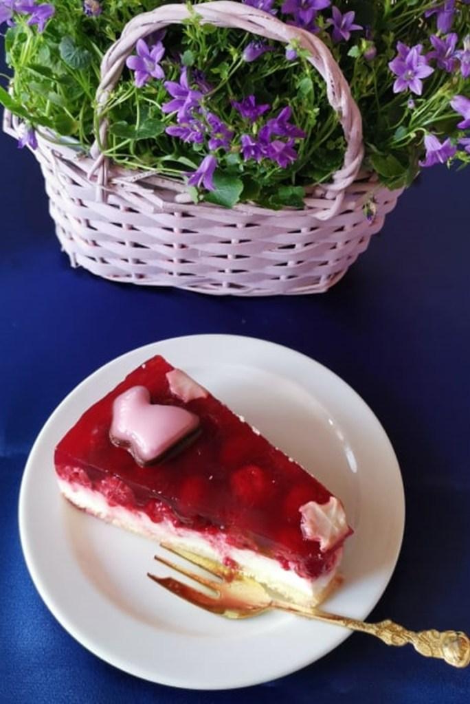 Porție de tort cu iaurt și zmeură