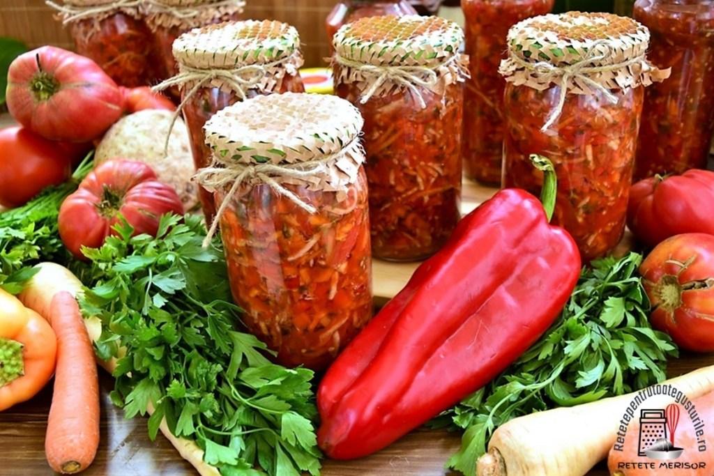 Zarzavat pentru ciorbe, la borcan, alături de legume proaspete și verdeață