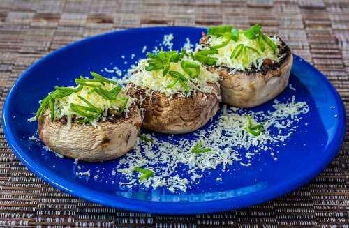 Ciuperci umplute cu branza si marar