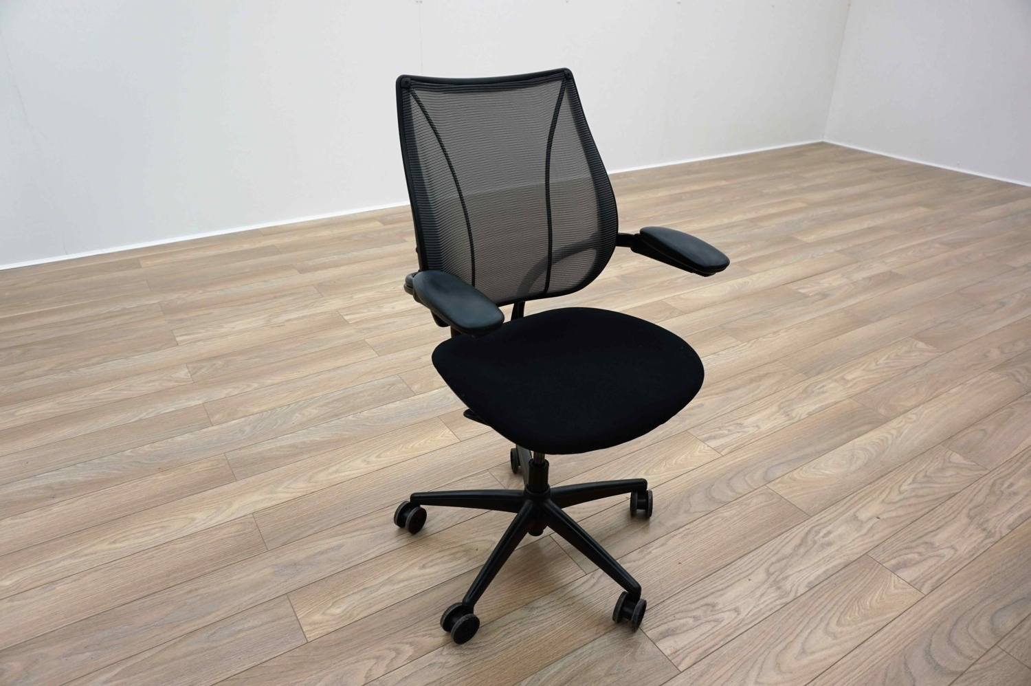 Humanscale Liberty Chair Humanscale Liberty Black Fabric Grey Mesh Office Task