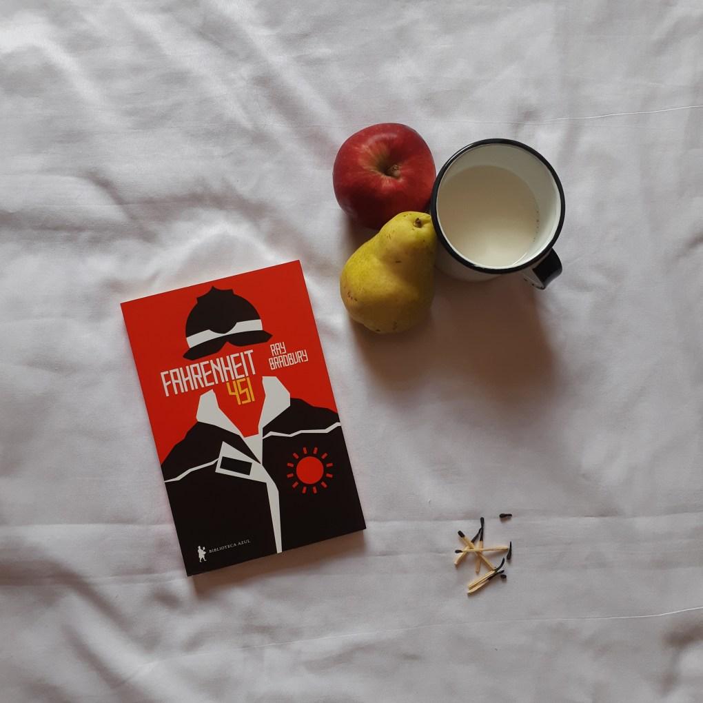 Resenha de Fahrenheit 451 do autor Ray Bradbury, lançado em 1947 e com edição de 2012 pela Biblioteca Azul.