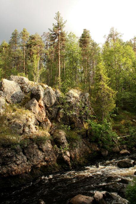 Maaninkajoen sievä riippusilta koskineen on lämmittelyä sille, mitä Taivalkönkäällä on luvassa.