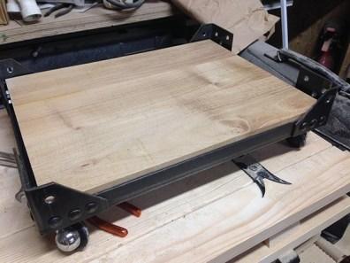 Fabrication d'un petit meuble industriel en métal et bois