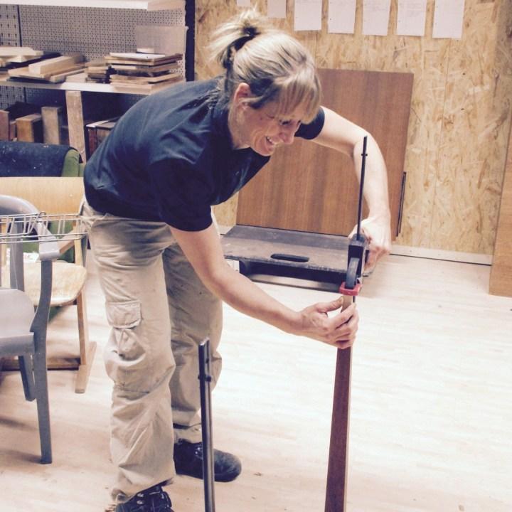 Kirsten, Leiterin der Holzwerkstatt, bei der Arbeit.