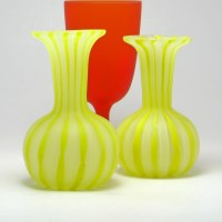 Very attractive vanity vases. Perfect for the display cabinet. Lovely with real flowers or straw flowers.