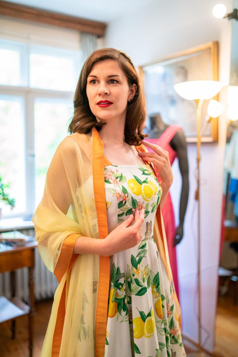 RetroCat mit Zitronenkleid und Seidenschal von Hónor Couture