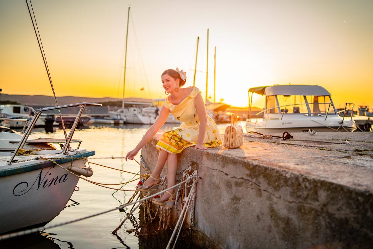 RetroCat mit Zitronenkleid am Hafen von Biograd in Kroatien