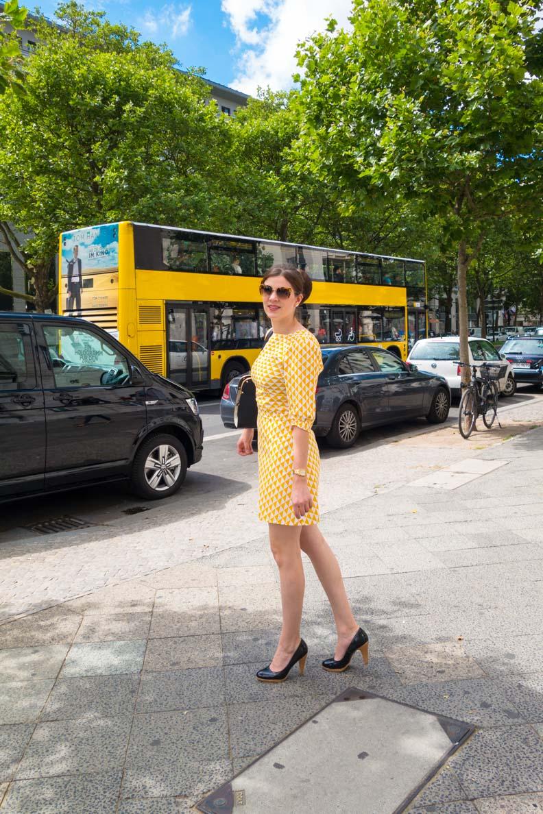 RetroCat mit einem gelben Minikleid unterwegs in Berlin