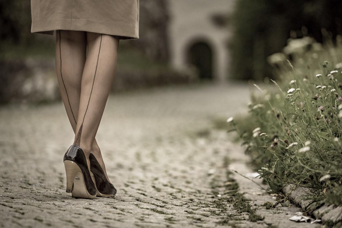 RetroCat in dunklen French Heel Nylonstrümpfen mit Naht von Secrets in Lace