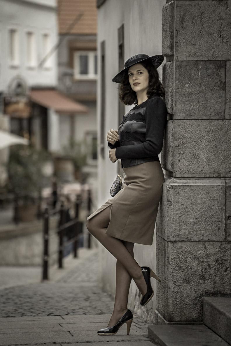 RetroCat mit dunklen Nahtstrümpfen und einem eleganten Retro-Outfit