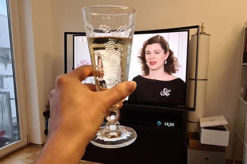 """RetroCat sieht sich """"Die schönste Braut"""" im Fernsehen an"""