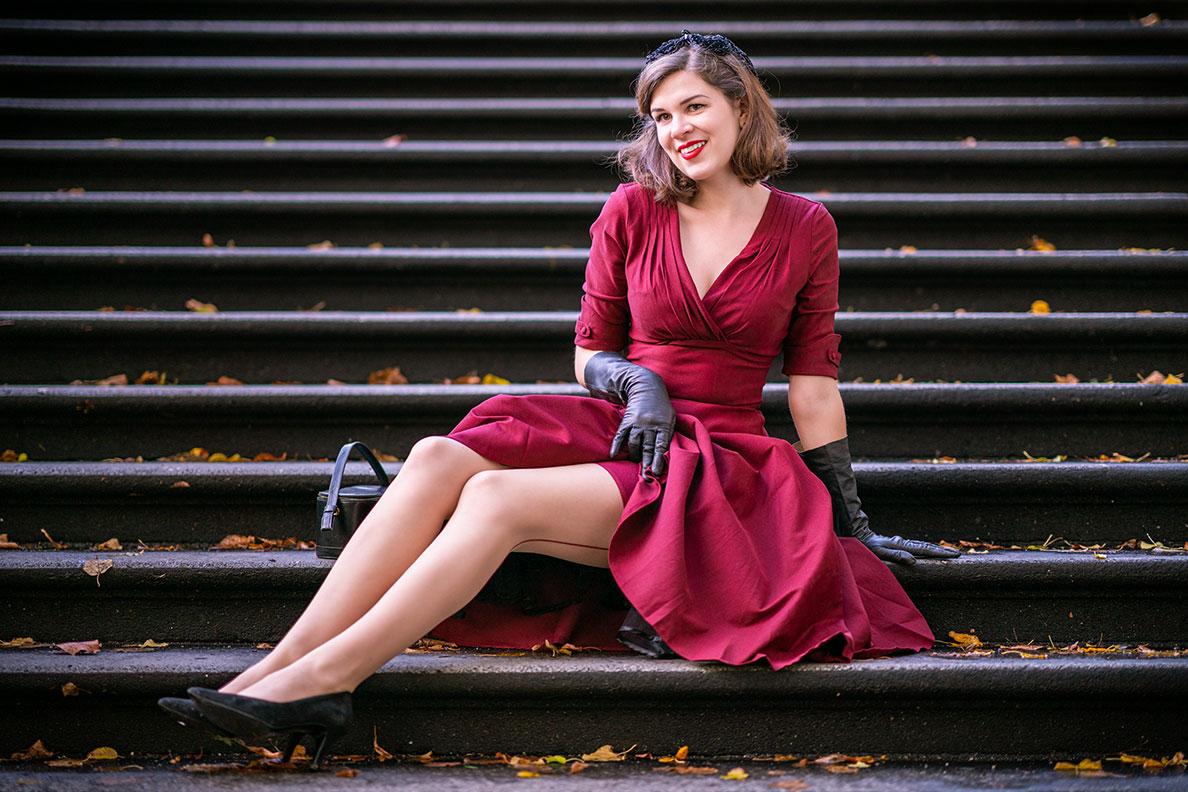 RetroCat mit roten Nahtstrümpfen und passendem Kleid