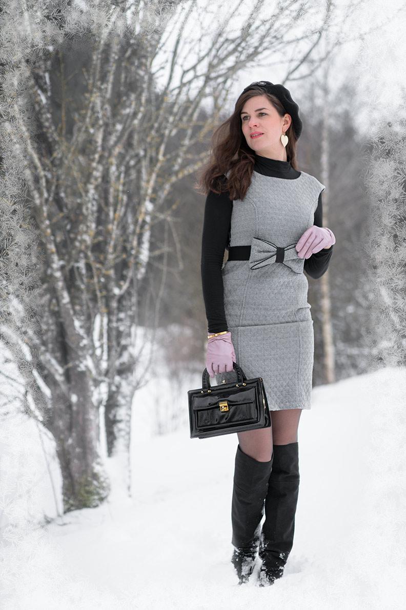 RetroCat mit Rollkragenpullover und ärmellosem Kleid