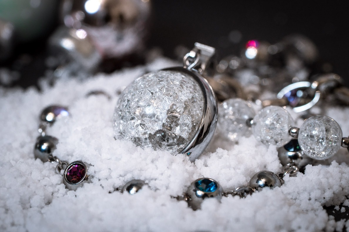 Weihnachts-Schmuck: Eine Schneekugel-Kette