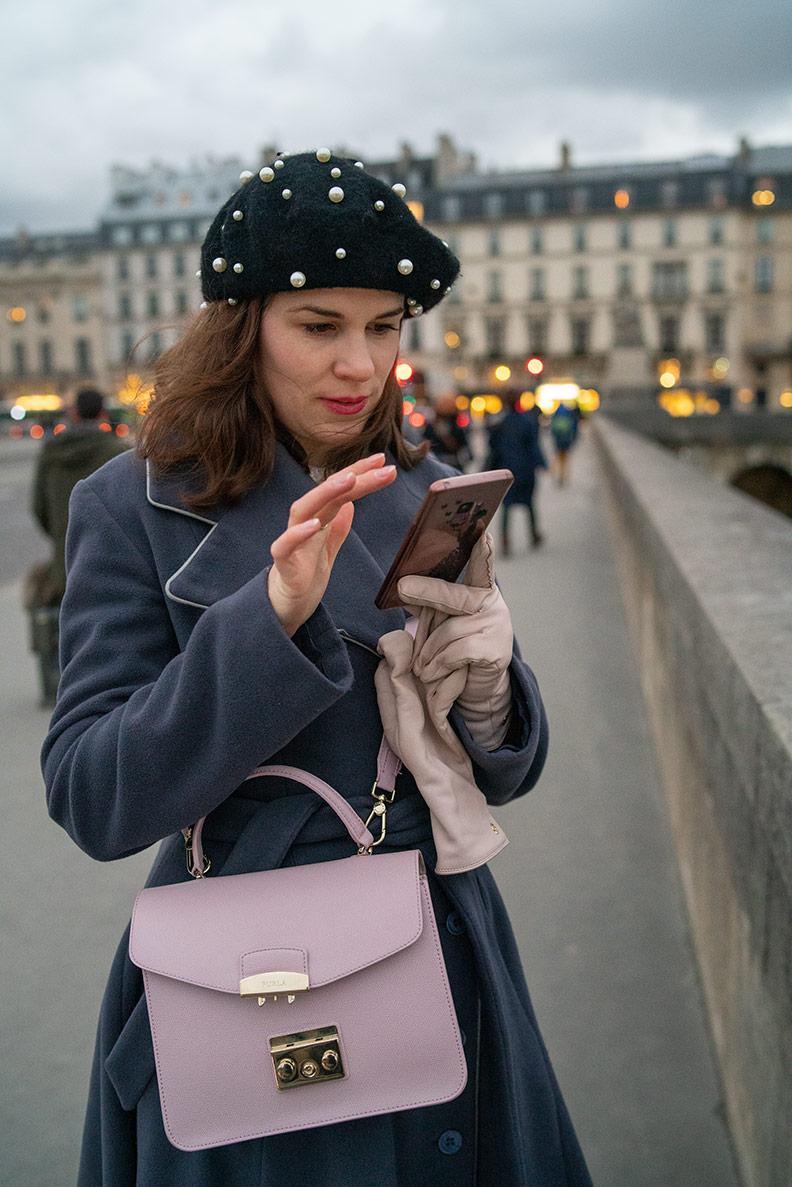 RetroCat mit ihrem Smartphone in Paris