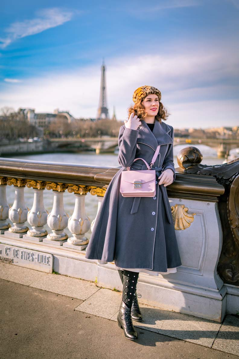RetroCat mit einem grauen Mantel und rosa Tasche im Winter in Paris
