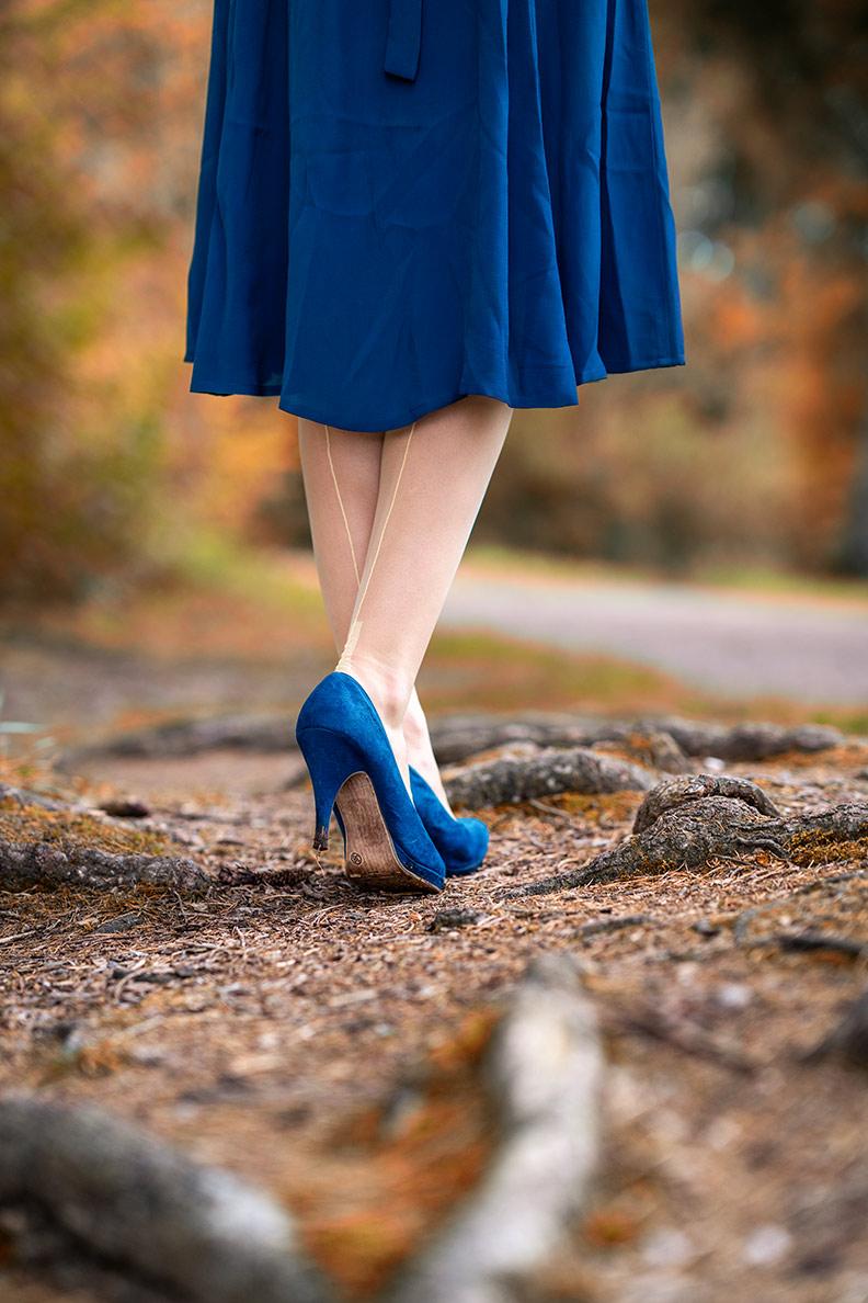 RetroCat wearing yellow nylon stockings and blue heels
