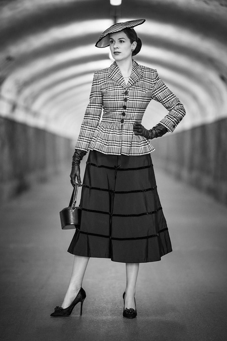 Nylons stilvoll kombinieren: RetroCat mit einem Outfit im New Look