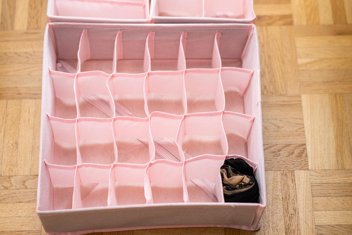 Eine pinke Aufbewahrungsbox für RetroCats Strumpfhosen