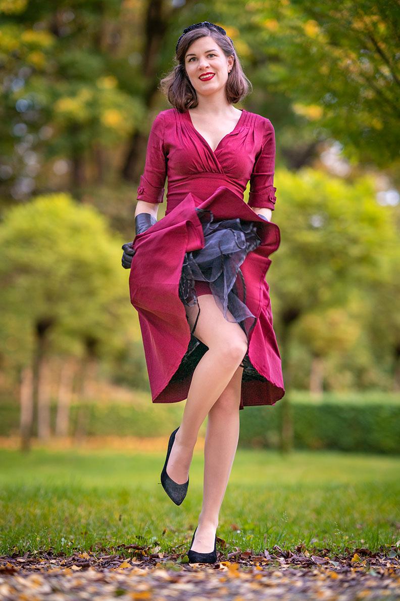 RetroCat mit Nahtstrümpfen von What Katie Did und einem farblich passenden Retro-Kleid