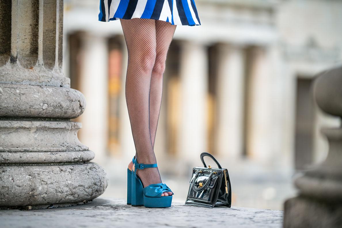RetroCat mit Minikleid, Netzstrumpfhose und Sandalen im Frühling