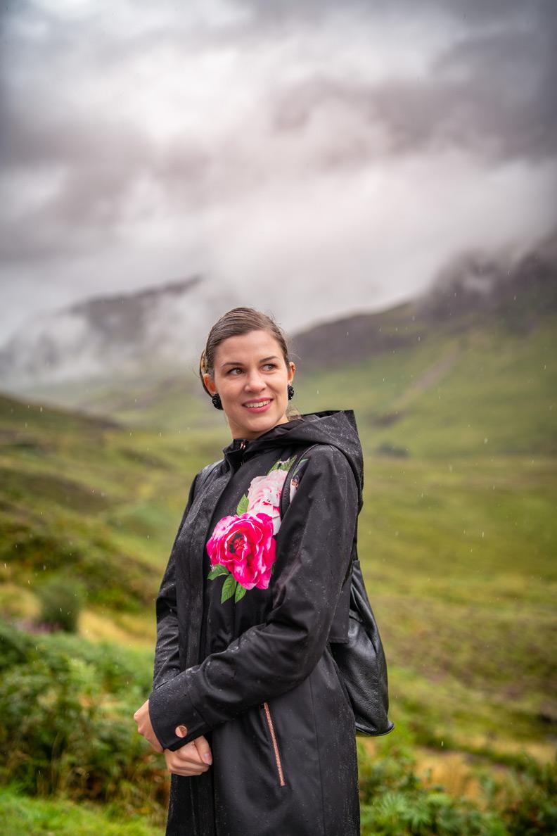 RetroCat mit einer wetterfesten Jacke bei Regenwetter in Schottland