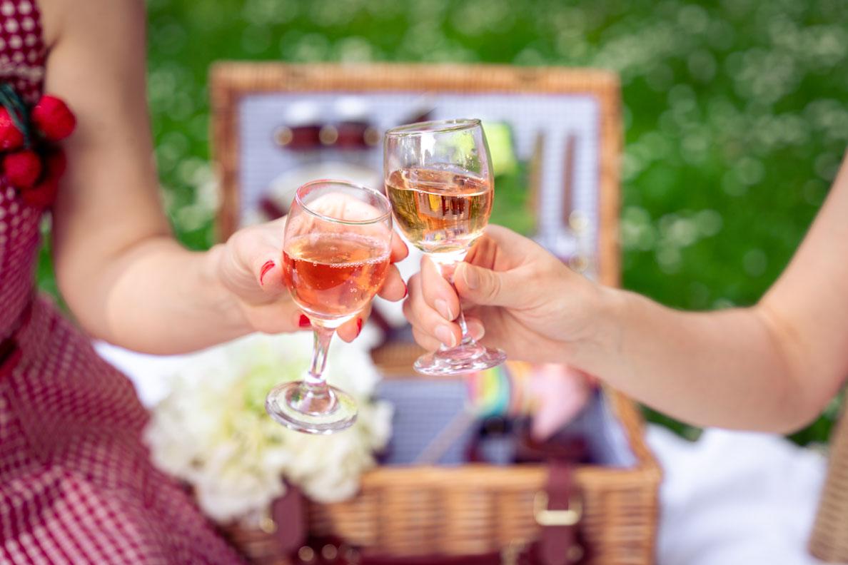 Zwei Gläser mit Rosé fürs Picknick im Grünen