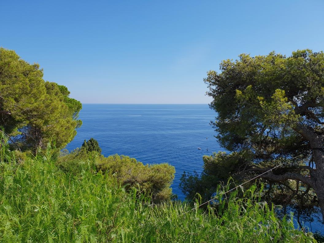 Blick von einer Parkanlage in Monaco auf die Côte d'Azur