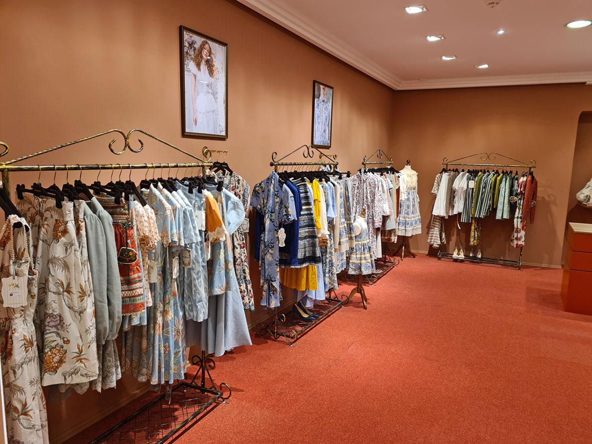 Die Kleiderständer im Lena Hoschek Store in Kitzbühel