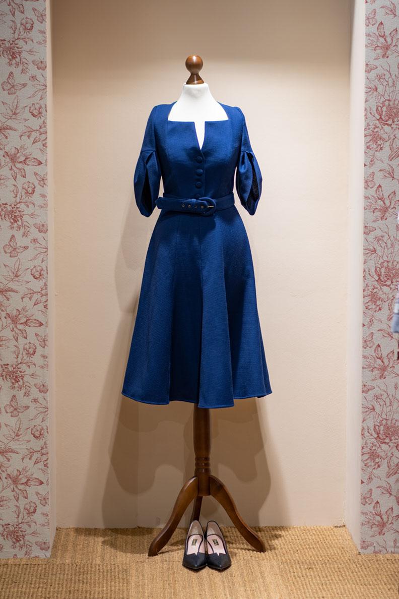 Ein blaues Kleid im Retro-Stil von Lena Hoschek