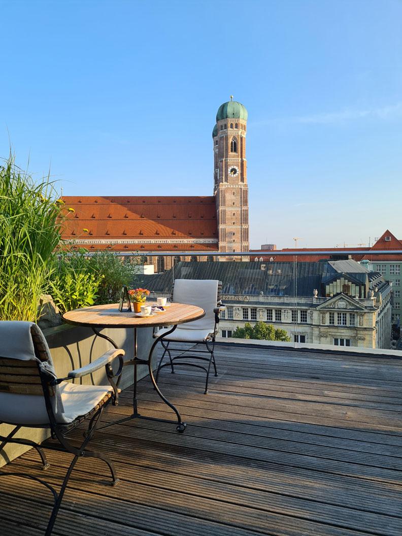 Die Blue Spa Bar auf der Dachterrasse vom Bayerischen Hof in München