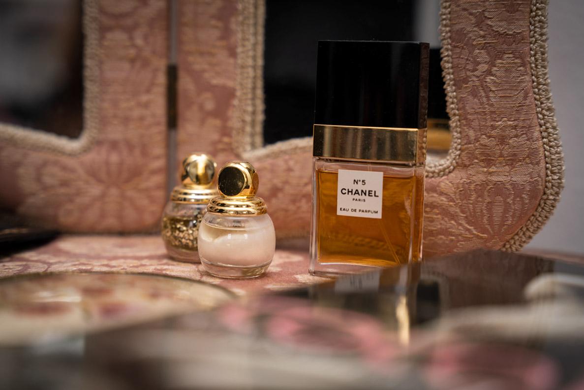 RetroCats Parfüm und Nagellacke im Boudoir