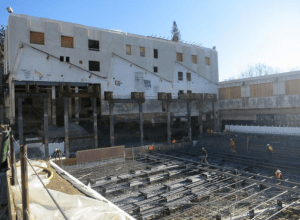 The administration building was suspended on impressive shoring during the construction of underground galleries. PHOTO: EHDD