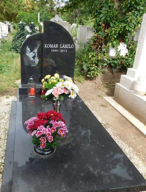 Így néz ki Komár László síremléke