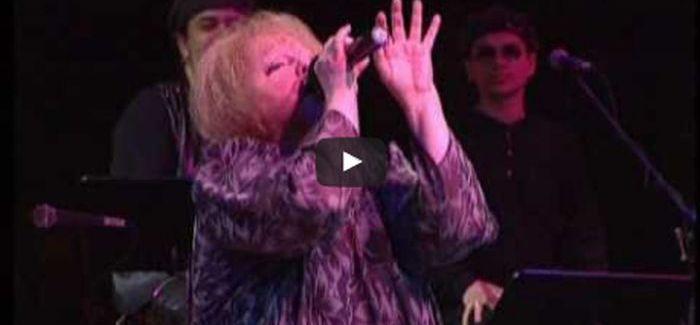 Cserháti Zsuzsa visszatérő koncertje – így énekelte a Szelíden ringasd el dalt