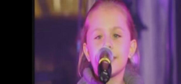 Potyognak a könnyeink a pici Anna előadásától: Most múlik pontosan