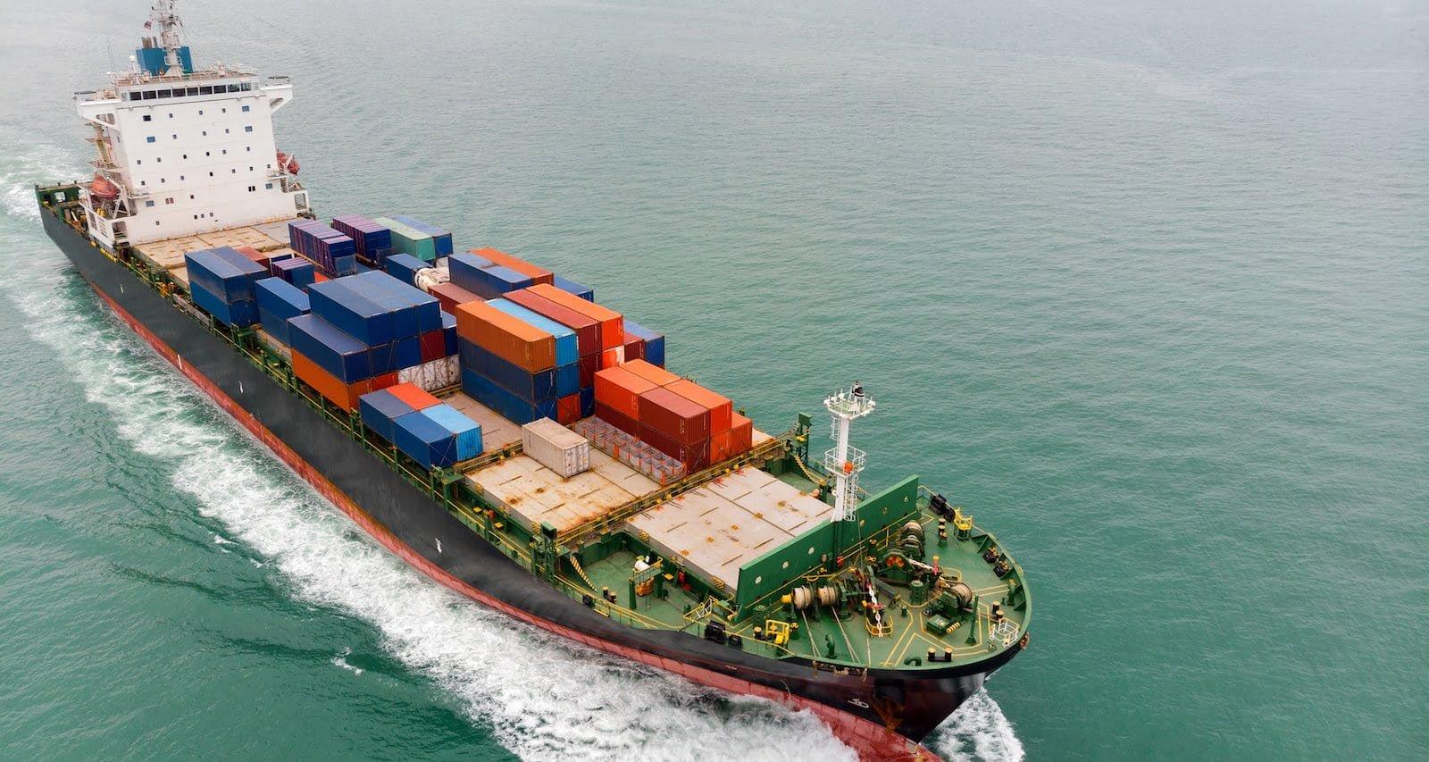 Containerskib på åbent hav