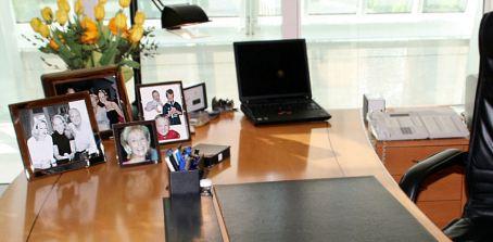 Schreibtisch mit Fotos der Familie