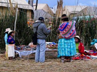 aymara-verkaufsstand-peru-titicaca-see