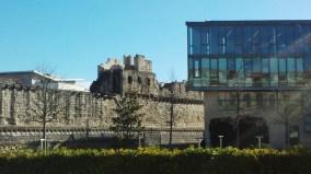 街壁を背景にモダンな図書館
