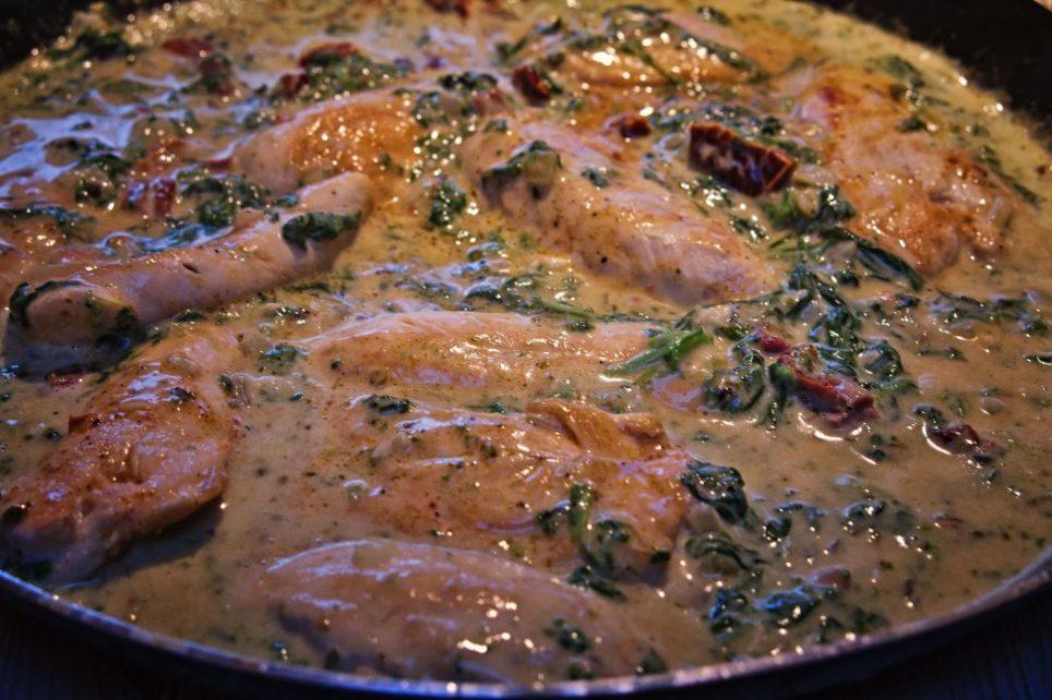 Hühnerbrust mit Spinat auf cremiger Parmesansoße