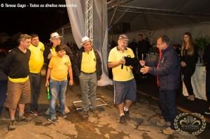 Grupo Reumatismo Car Club entregando homenagem ao organizador Mingo Abonante