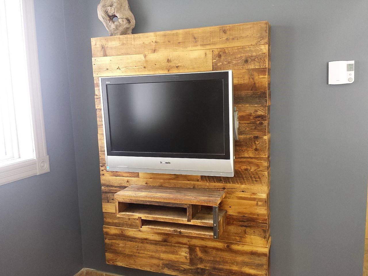 mur multimedia en bois recycle