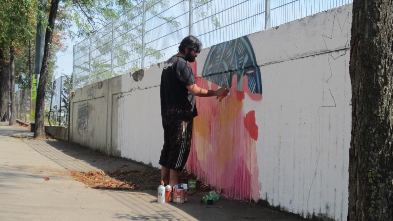 Henruz realizando su pieza con aeorsol