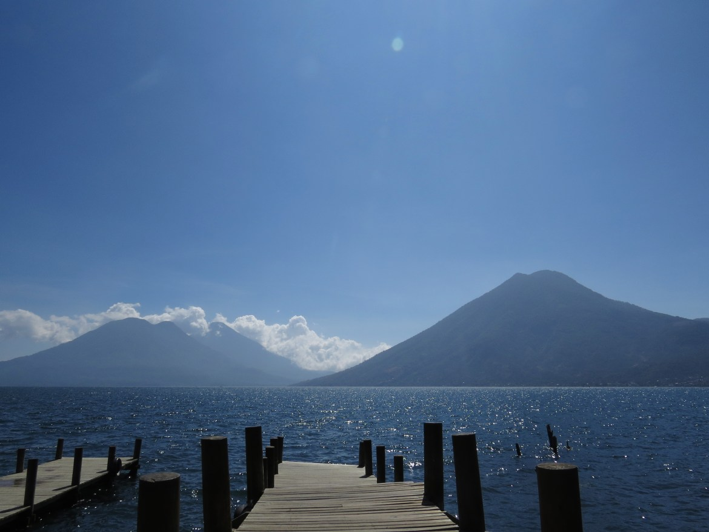 San Marcos La Laguna: Blick vom Bootssteg in San Marcos zu den Vulkanen San Pedro, Tolimán und Atitlán.