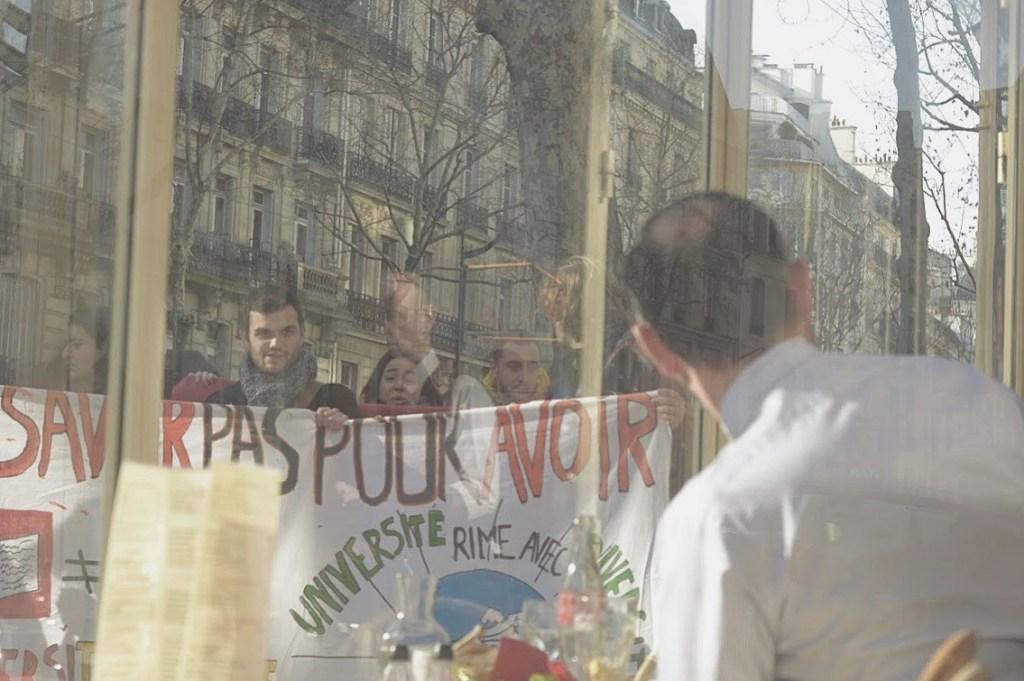 Edouard Philippe, Primer ministro frances, en frente de una acción espontanea por parte del movimiento cuando este almorzaba por el distrito 7.
