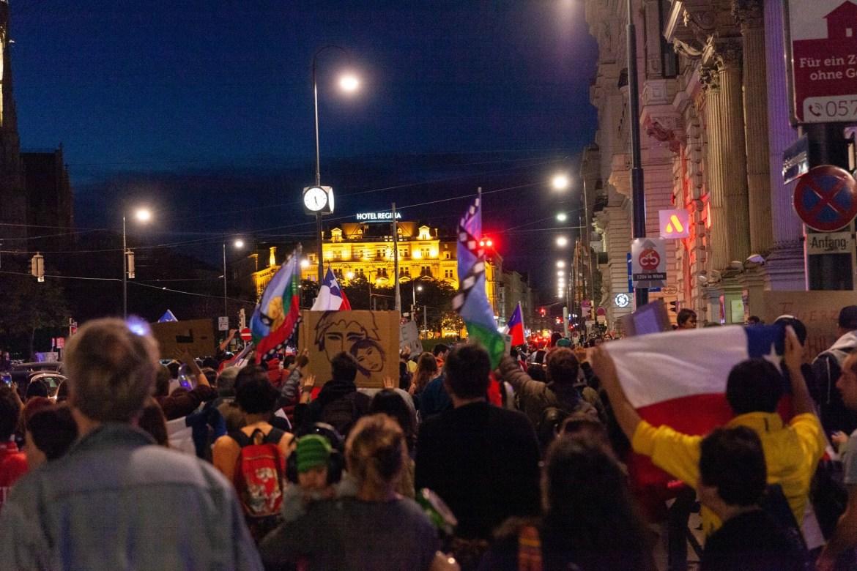 Marcha para apoyar el estallido social en Viena. Foto: Marisel Orellana Bongola
