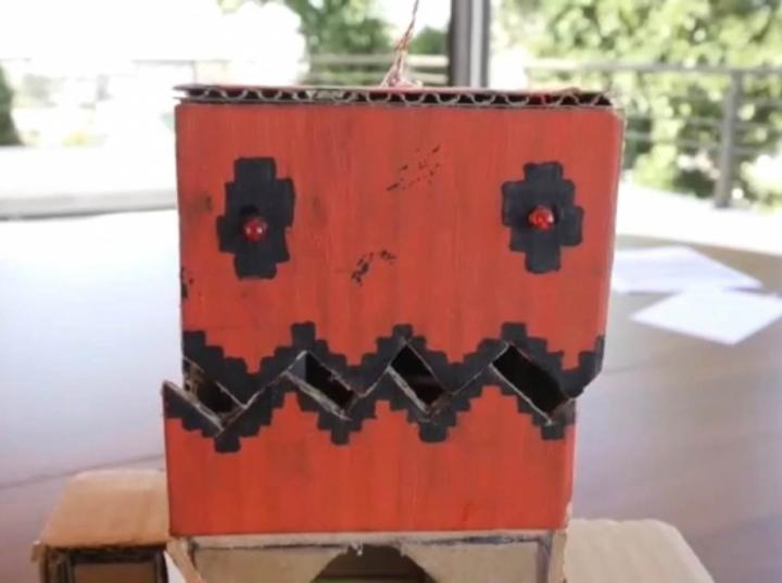 Alumna oaxaqueña de nivel secundaria construye robot capaz de moverse